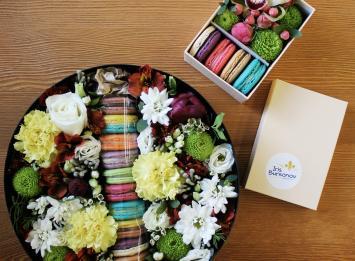 Цветы и макаруны в коробке Екатеринбург