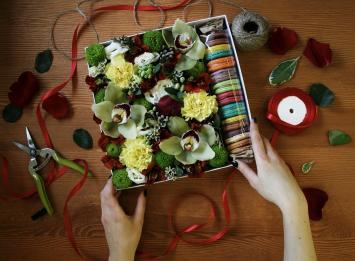 Доставка цветов и макарун