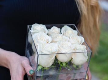 9 роз в прозрачной коробочке цена