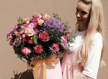 цветы в шляпной коробке недорого