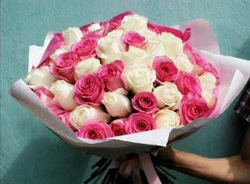 51 белая и розовая роза недорого