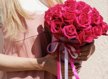 25 красных роз в коробке недорого