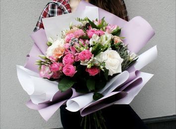 букет из кустовых и одиночных пионовидных роз цена