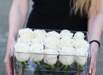 прозрачная коробочка с 15 розами цена