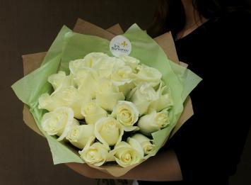 25 белых роз 50 см недорого