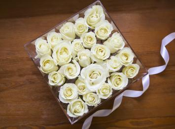 25 роз в прозрачной коробке цена