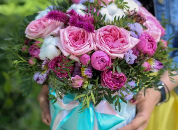 Купить шляпную коробочку с пионовидными розами недорого