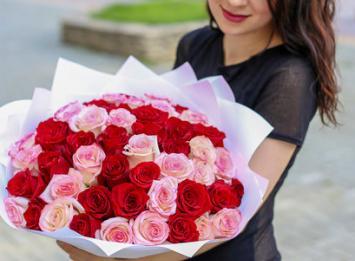 букет из 51 красно-розовой розы цена