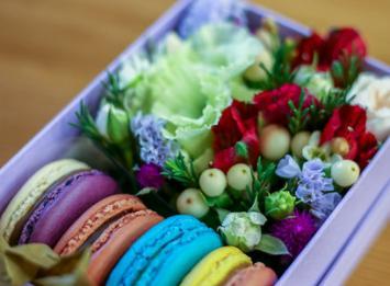 маленькая коробочка с цветами и макарунами цена