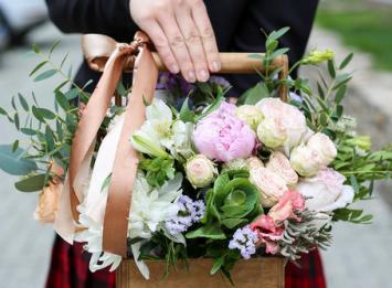деревянный ящик с нежной цветочной композицией цена
