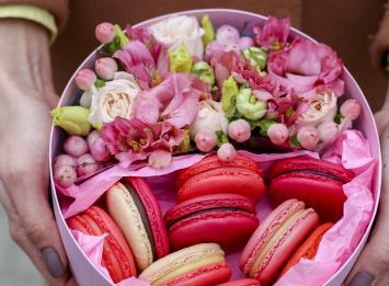 цветы и макаруны в коробочке цена