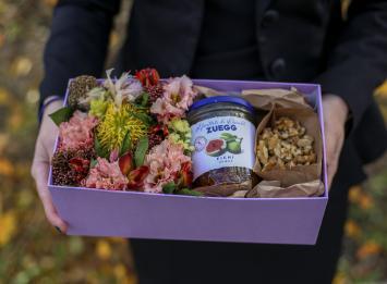 коробочка с цветами и конфитюром из инжира и орехов цена