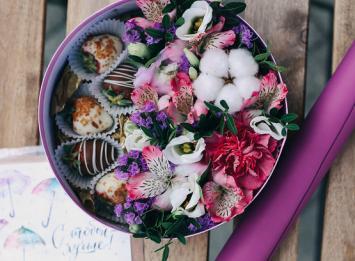 Коробочка с цветами и клубникой в шоколаде цена
