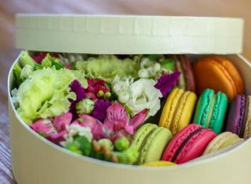 купить цветы и макаруны в подарочной коробочке цена