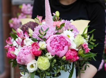 шляпная коробка-единорог с цветами цена