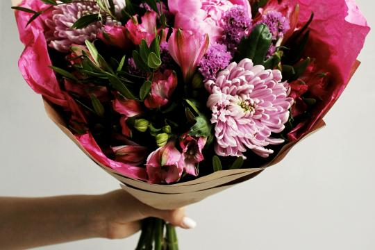 розовый букет цветов недорого