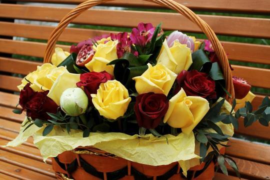 цветы в корзине недорого