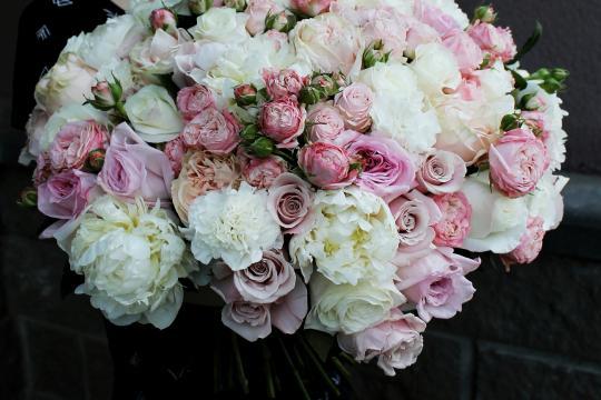 букет из пионовидных роз и пионов недорого
