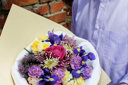 яркий букет цветов недорого