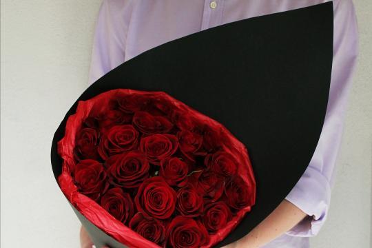 розы в черной бумаге