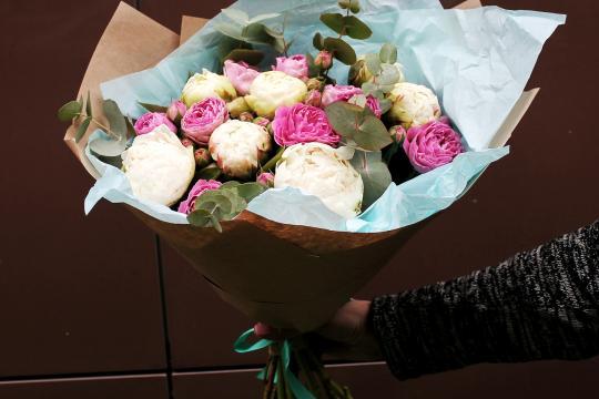 пионы и пионовидные розы в букете недорого