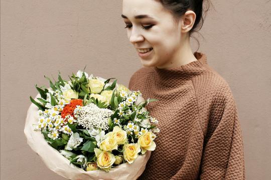 букет пионовидных кустовых роз недорого
