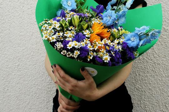 яркий букет цветов цена