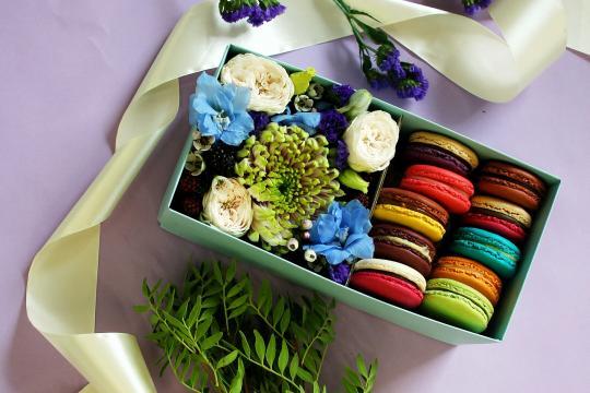 цветы и макаруны недорого