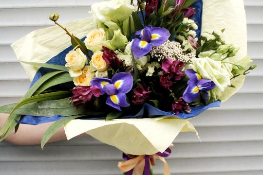 цветы с ирисами недорого