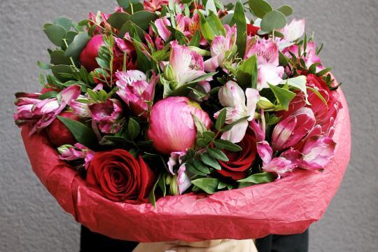 розовый букет из пионов и роз цена