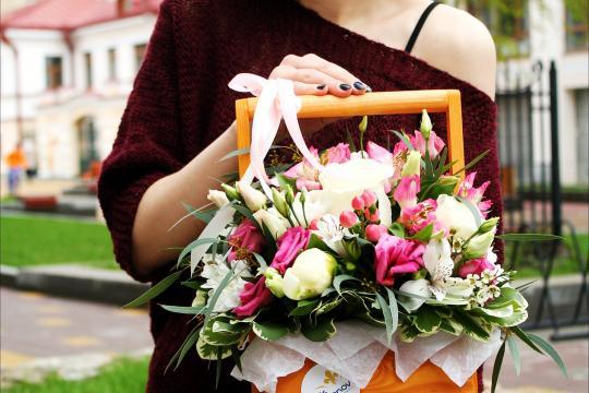 Композиции из живых цветов в ящике