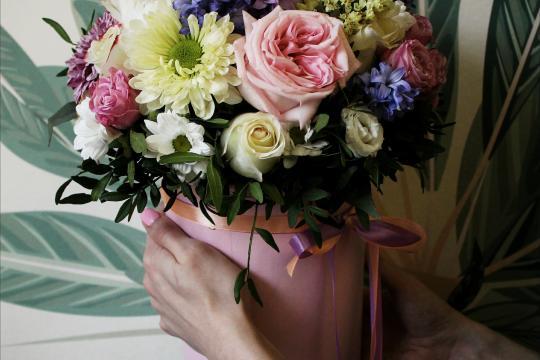 цветы в шляпной коробочке недорого