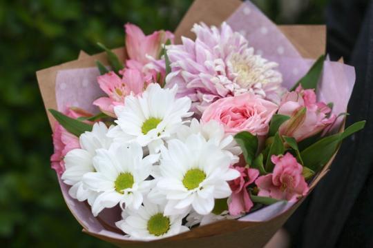 букет-малыш из хризантемы и пионовидной розы цена