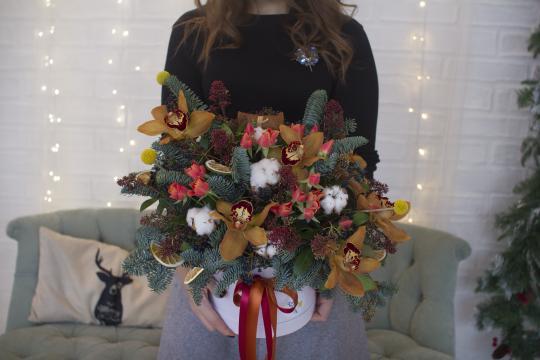 Букеты из ели и цветов