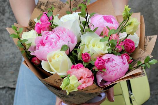 Розы и пионы