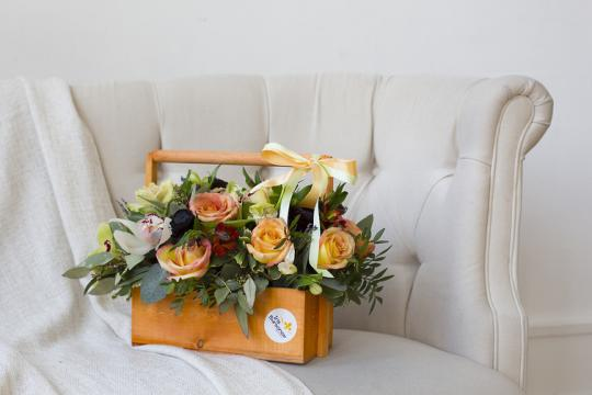 Цветы в деревянных ящиках фото
