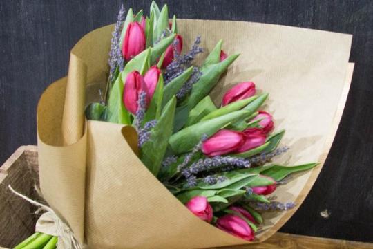 Букет из тюльпанов и лаванды
