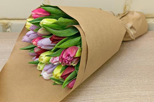 Букеты из тюльпанов в крафт бумаге