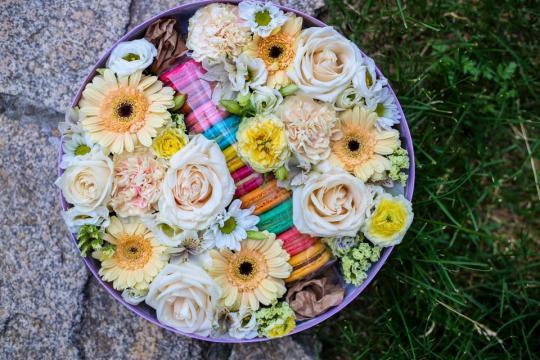 большая коробочка с цветами и макарунами цена