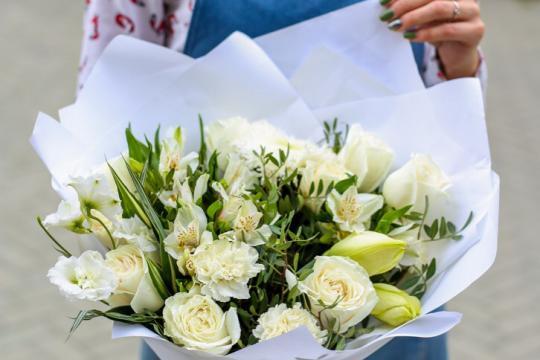 воздушный букет цветов  в белой гамме цена