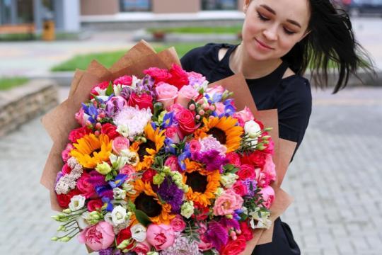яркий и ароматный букет из подсолнухов и роз цена