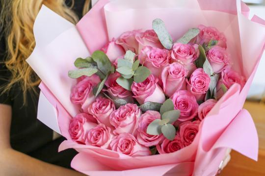 25 розовых роз с эвкалиптом цена