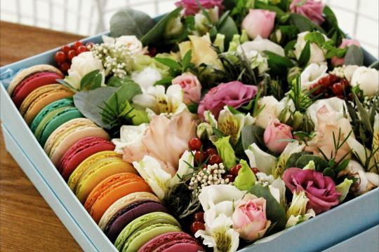 коробочка с цветами и макаронс цена
