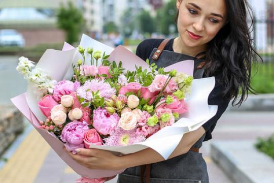 розовый букет из роз и пионов цена