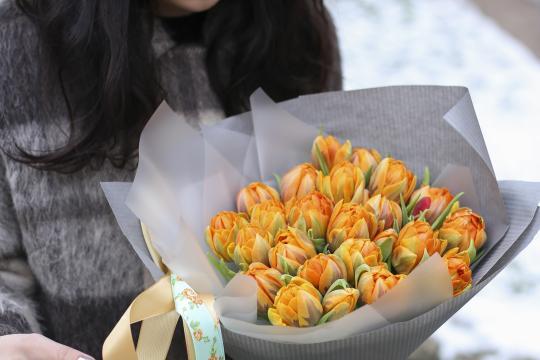 букет из 25 оранжевых пионовидных тюльпанов цена
