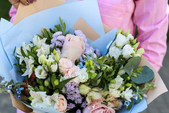 романтичный букет из роз и эустомы цена