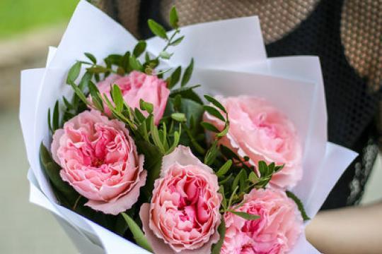 букет из пионовидных роз в крафт бумаге цена