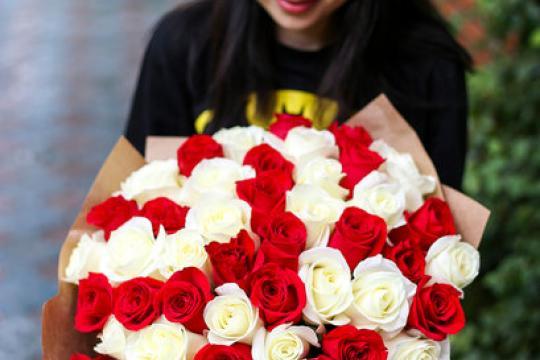 букет из 51 красных и белых роз 50 см цена