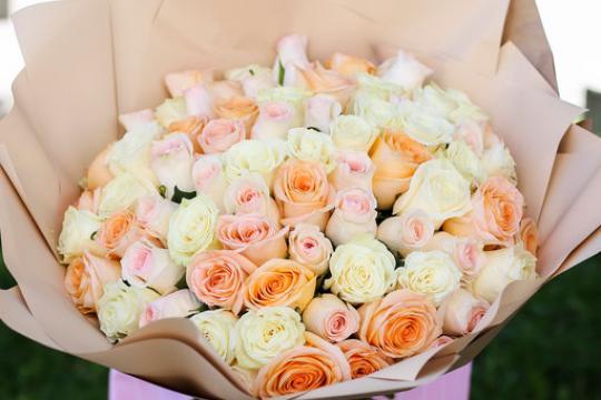букет из 75 розово-персиковых роз 40 см цена