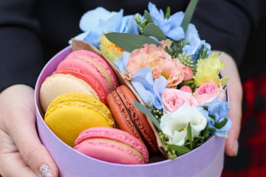 круглая коробочка с цветами и макарунами цена